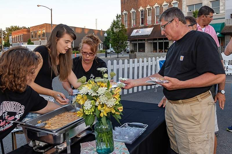 Du Quoin Mayor Guy Alongi picks up some peach cobbler dessert for he and his wife, Rose.